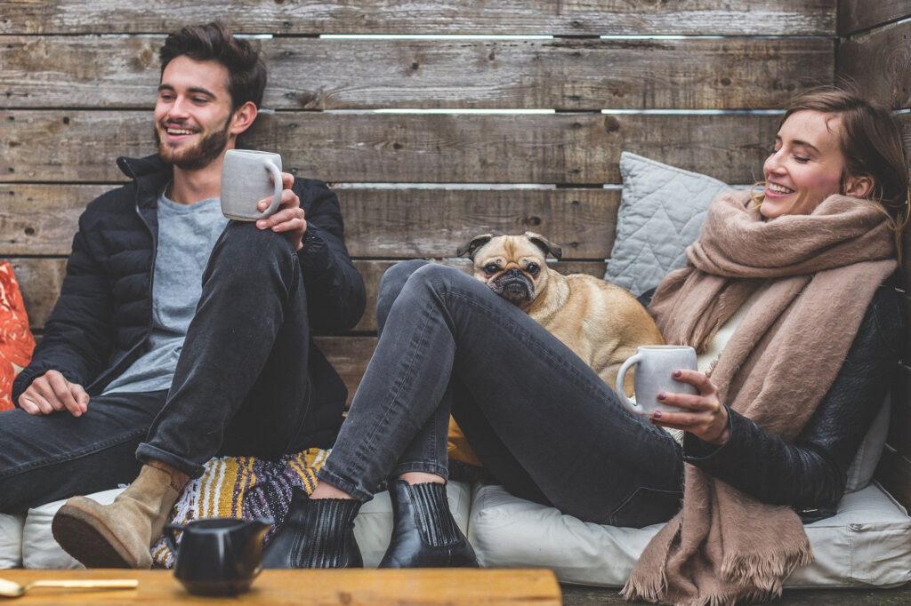 Mann und Frau unterhalten sich entspannt