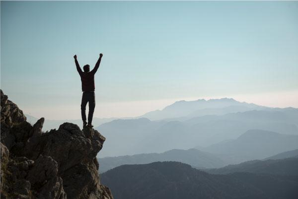 Glücklicher Mensch in den Bergen